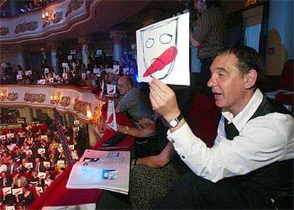 Un aspecto de las protestas en la gala de los Premios Max, celebrada en Vigo el lunes.  / LALO R. VILLAR