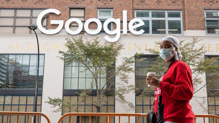 Una persona pasea frente a las oficinas de Google en Nueva York (EE UU) el pasado mes de septiembre.