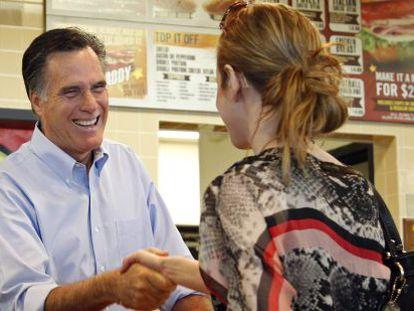 Mitt Romney saluda a una seguidora en Wisconsin.