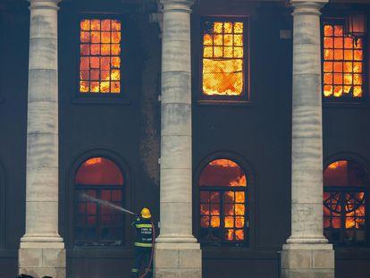 Un bombero lucha contra un incendio que destruyó la Biblioteca Jagger, de casi 200 años, en el campus de la Universidad de Ciudad del Cabo (UCT) en Ciudad del Cabo, Sudáfrica, el 18 de abril de 2021.