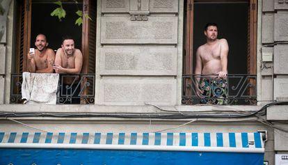 Turistas en un piso de la Barceloneta.