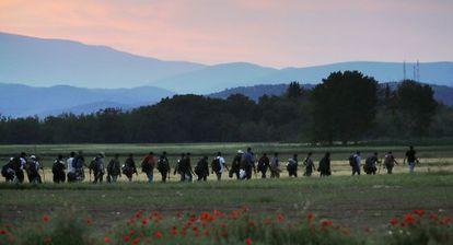 Un grupo de sirios anda hacia la frontera entre Grecia y Macedonia.