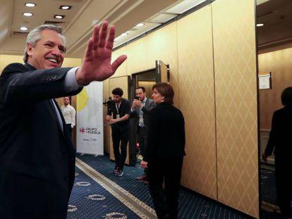 Alberto Fernández saluda antes de su discurso en la cumbre del Grupo Puebla, celebrada el fin de semana pasado en Buenos Aires.