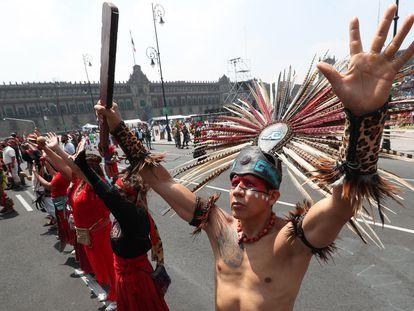 Un grupo de danzantes conmemoran la caída de Tenochtitlan con una danza ritual en el Zócalo de Ciudad de México.