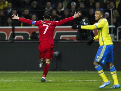 Cristiano celebra uno de sus goles a Suecia.