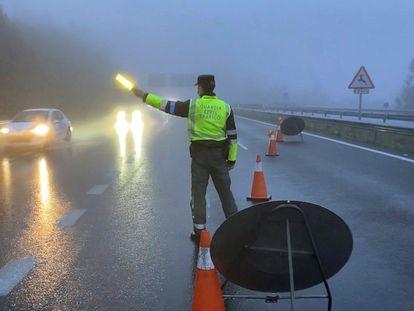 Un guardia civil desvía a los vehículos el pasado lunes en la A-52, en Galicia.