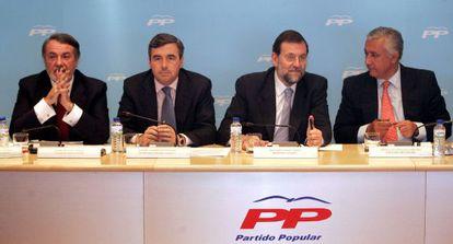 Jaime Mayor Oreja, Ángel Acebes, Mariano Rajoy y Javier Arenas, en una reunión del PP en 2003.