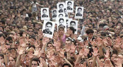 Manifestación en Barcelona por el asesinato de Miguel Ángel Blanco, en julio de 1997.