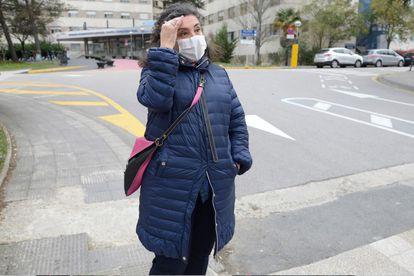 Cristina G. delante del hospital vitoriano de Txagorritxu en el que se ha contagiado toda su familia.