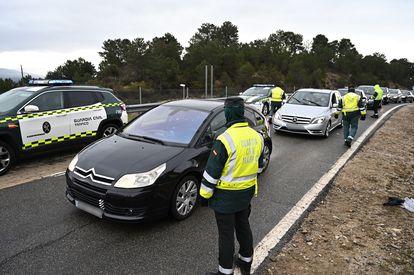 Control de tráfico en la AP-6, el pasado viernes viernes, a la altura de la localidad madrileña de Guadarrama.