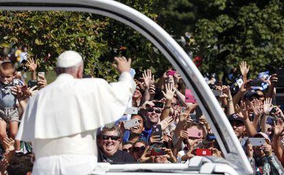 El papa Francisco saluda a la multitud congregada en Washington.
