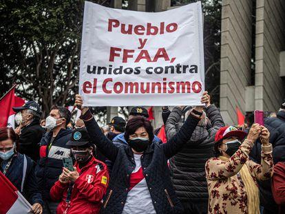 """Miembros jubilados de las fuerzas armadas peruanas se manifiestan en Lima el pasado martes por un """"fraude electoral""""."""