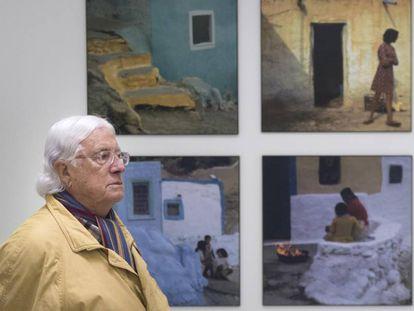 Carlos Pérez Siquier, ante varias de sus fotografías en el centro que lleva su nombre en Olula del Río, en septiembre de 2019.