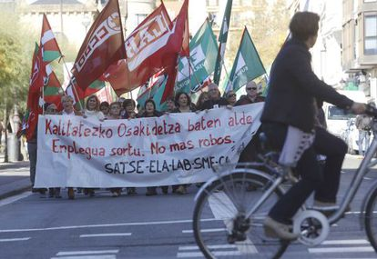 Varias personas se manifiestan en San Sebastián para exigir la recuperación del empleo en Osakidetza.