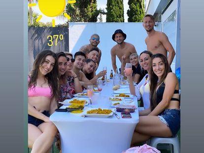 Almuerzo de los jugadores del Sevilla en una imagen subida a una red social.