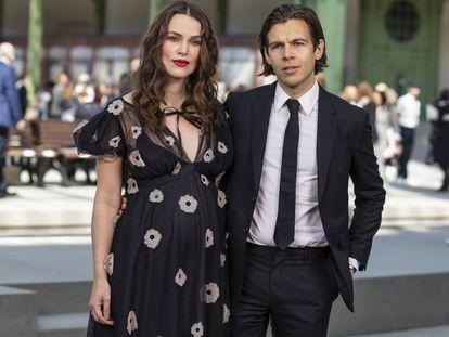 La actriz Keira Knightley y su marido, el músico James Righton, en París, el pasado mayo.