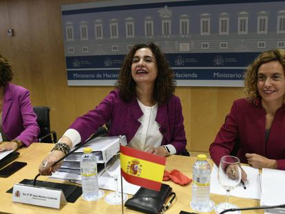 La ministra de Hacienda, María Jesús Montero, y la ministra de Política Territorial, Meritxell Batet., en el Consejo de política fiscal