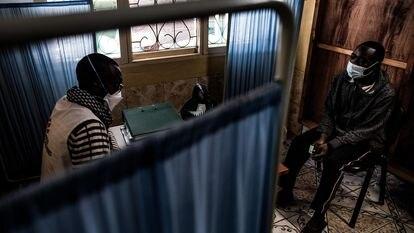Miguel Jacinto Siquele, de 26 años, ha acudido a pedir ayuda al centro de atención a usuarios de drogas de MSF en el barrio de Mafalala, en Maputo, Mozambique, el 22 de junio de 2021. Manuel Macaime, asistente social, charla con él sobre su adicción a la heroína.