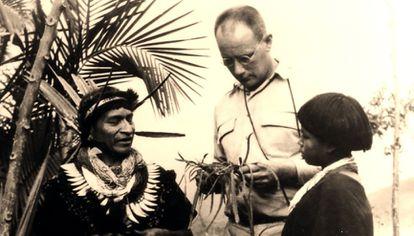 Salvador Chindoy (izquierda), médico tradicional camsá (Colombia), junto con el etnobotánico Richard Evans Schultes en 1960.