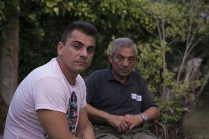 Pedro Marco Soriano (izquierda) y su padre, Pedro Marco Martínez, en el jardín de su casa, junto a la residencia.