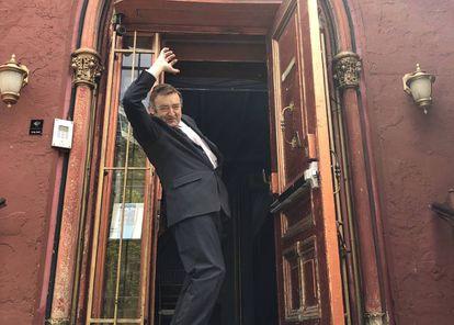 El español Ángel Orensanz, en la puerta de su sinagoga cultural del Lower East Side de Manhattan.