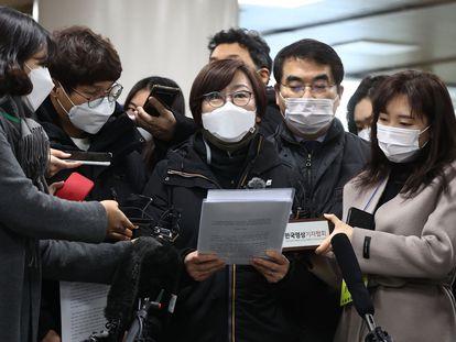 """Una activista se dirige a la prensa en Seúl después de la sentencia que obliga a Japón a pagar compensaciones a llamadas """"mujeres de confort"""", este viernes."""
