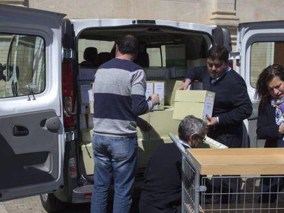 Traslado de archivos a la comisión de investigación del Parlamento sobre los cursos, en Sevilla.