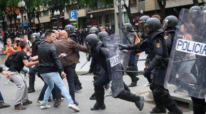 Agentes de la policía nacional intentan retirar a los concentrados en el instituto IES Tarragona el 1 de octubre.