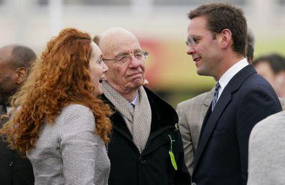 James Murdoch (derecha), junto a su padre, Rupert Murdoch, y la perdiodista Rebekah Brooks, en una carrera de caballos celebrada el pasado 18 de marzo en Cheltenham (Reino Unido).