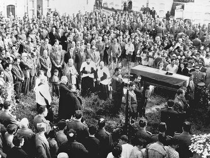 Fotografía tomada el 7 de junio de 1968, en Malpica (La Coruña), del entierro del agente de la Guardia Civil, José Antonio Pardines Arcay, primera persona asesinada por ETA. Resultó muerto en Villabona (Guipuzcoa) cuando dos individuos, a los que le pidió la documentación, le dispararon a quemarropa.