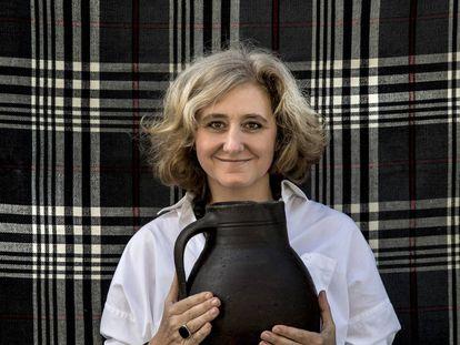 Pepa Entrena sostiene una vasija de Cuenca.