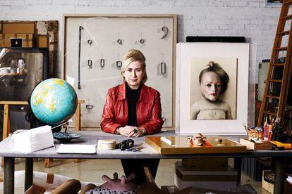 La artista Carmen Calvo, en su estudio.