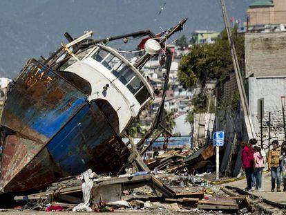 Un barco que el tsunami que produjo el terremoto de septiembre de 2015 llevó a la tierra en Coquimbo (Chile).