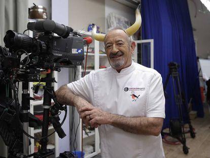 El cocinero Karlos Arguiñano, en su plató de televisión, entre Orio y Zarautz.