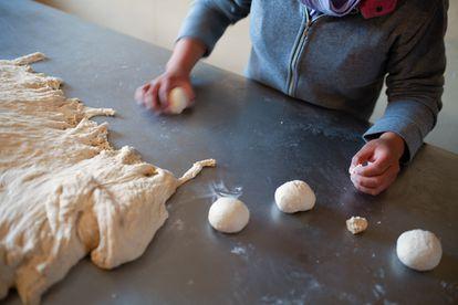 Una joven que ha sido víctima de trata aprende cocina en uno de los proyectos de Educo en Bolivia.