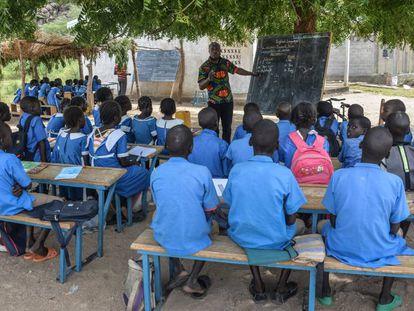 Un profesor imparte una clase bajo un árbol en Moho, un pueblo en la provincia Norte de Camerún.