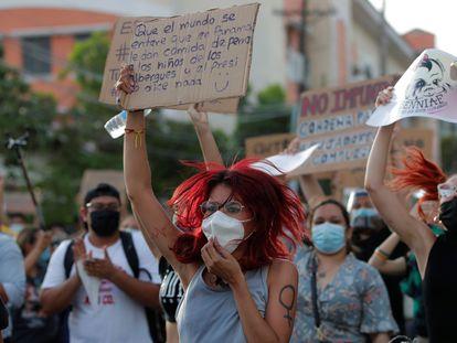 Una mujer se manifiesta frente a la sede de la Secretaría Nacional de Niñez en Ciudad Panamá el pasado 12 de febrero.