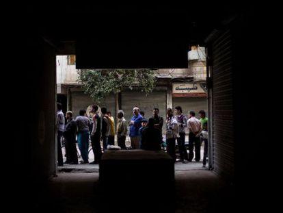 Un grupo de hombres hace cola para comprar pan el domingo en Alepo.