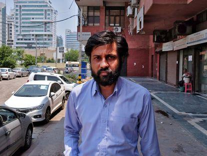 Sumit Gupta, propietario y director de la empresa BellTroX, ante su sede en Nueva Delhi (India) este lunes.