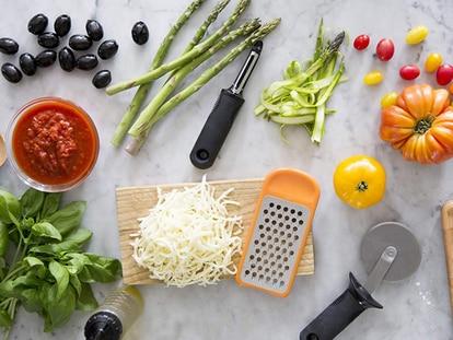 Con mango antideslizante y cuchilla de acero inoxidable para pelar frutas y verduras fácilmente.