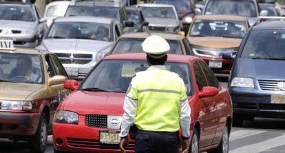 Un agente de Policía regula el tráfico en Ciudad de México.