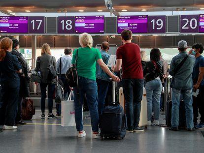 Pasajeros hacen cola ante el mostrador de facturación del último vuelo de la aerolínea bielorrusa Belavia en dirección a Minsk desde el aeropuerto Internacional Boryspil en Kiev, el 25 de mayo.