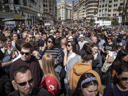 Gente a la espera del inicio de la 'mascletà' de Valencia en la plaza del Ayuntamiento.