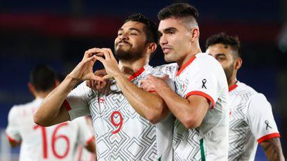 Henry Martín y Johan Vázquez celebran uno de los goles contra Corea del Sur.