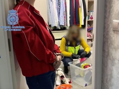 En primer plano, una de las investigadas en la trama de la cocaína en la Sierra de Cádiz, durante el registro de la Policía Nacional en su vivienda en Jerez (Cádiz).