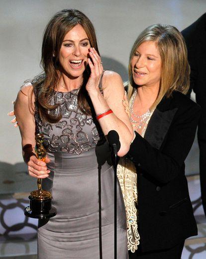 La directora de 'En tierra hostil', emocionada al recibir el Oscar a la mejor dirección. Kathryn Bigelow se convierte en la primera mujer en llevarse la estatuilla en esta categoría.