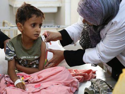 Una enfermera le mide el brazo a un niño con cólera en el hospital de Aden, en Yemen.