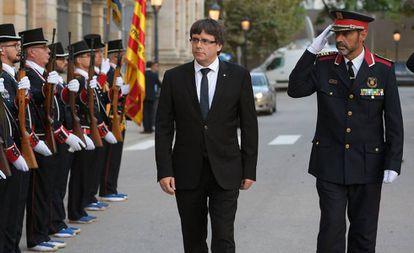El entonces presidente de la Generalitat, Carles Puigdemont, en un acto con los Mossos días antes del referéndum ilegal del 1 de octubre.