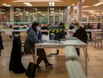 DVD 1032 (15-12-20) Estudiantes ocupan la biblioteca Maria Zambrano, de la Universidad Complutense de Madrid, despues de la hora prevista de cierre, las 19:30 horas, para protestar por los horarios limitados por el Covid-19. Ahora que se acercan los examenes piden que se mantengan abiertas hasta las 23 horas, con todas las medidas de seguridad para prevenir el coronavirus.  En la foto estudiantes en la biblioteca Maria Zambrano antes de las 19:30 horas, hora de cierre de las instalaciones ahora con el Covid-19.  Foto: Olmo Calvo