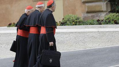 Varios cardenales se dirigen a una reunión previa al cónclave, este martes en el Vaticano.